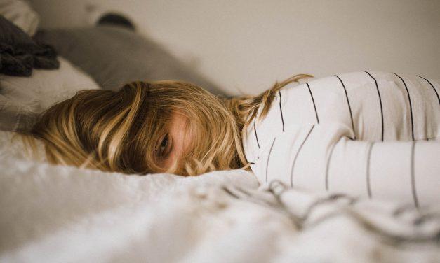 Uni on herkkä hyvinvointimittari – jos arkiuni jää lyhyeksi, pitkät unet viikonloppuna voivat auttaa